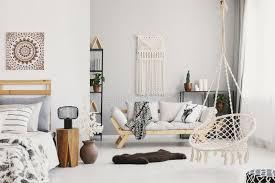 helles wohnzimmer mit makramee auf der wand der beige