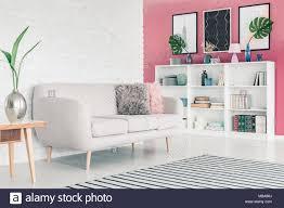 weiß sofa in rosa wohnzimmer einrichtung mit weißen mauer
