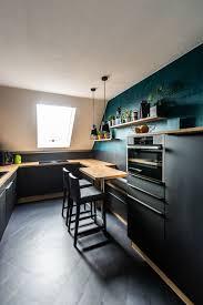 stilechte küche in schwarz und holz küche dachschräge