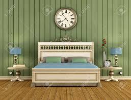 weinlese schlafzimmer mit grünen wandverkleidung und klassische bett machen