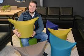 mit pfiffiger sitzgelegenheit will die möbelmanufaktur für