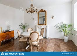 weißes wohnzimmer mit klassischer einrichtung spiegel