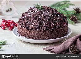hausgemachter schokoladenkuchen mit kirsche und schlagsahne