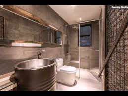 industrie badezimmer mit einem holzrahmen für den spiegel