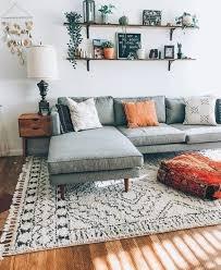 sehr einfaches wohnzimmer gegen eine wand sehr einfaches