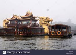 xihu qu 2018 avec photos golden boat barge on lake with leifeng pagoda in