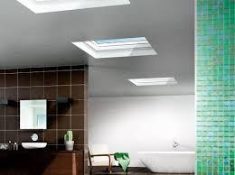 modernes badezimmer mit flachdach fenstern oberlicht