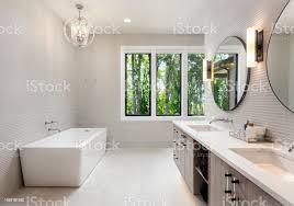 elegantes badezimmer im neuen luxusvilla mit zwei waschbecken badewanne und schränke stockfoto und mehr bilder badewanne