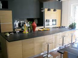 plan cuisine granit cuisine avec plan de travail granit et façades bois brian is in