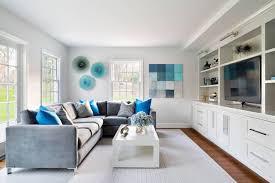 wohnzimmer grau weiß akzente in blautönen dunkler holzboden