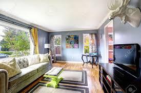 helles wohnzimmer interieur mit großem fenster mit sofa schrank mit fernseher und tisch in der ecke eingerichtet
