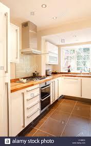 Moderne Weisse Küchen Bilder Moderne Weiße Küche Mit Holz Arbeitsplatten Und Geräten Aus