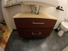 waschbecken unterschrank rot badezimmer