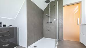 neues bad fugenlose oberflächen in der dusche und am boden