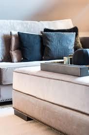 wohnzimmer grau beige mit samt und schwarzen kissen