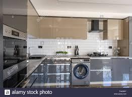 geräumige luxuriöse und moderne grau beige und weiß küche