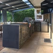 selbstgebaute outdoorküche mit standgrill