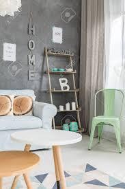 pastell wohnzimmer mit modernen möbeln und einem fenster