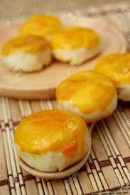 asiatischer traditioneller nachtisch chinesischer kuchen mond kuchen gefüllt mit bohnen paste und eigelb