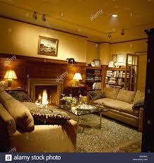 gemütliches wohnzimmer mit brennenden len und