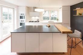 moderne küche vom schreiner mit weißer kochinsel dunkler