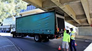 100 Truck Video Another Truck Stuck Under Queens Bridge VIDEO The Queanbeyan Age