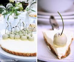 white chocolate cheesecake mit weißen kirschen dessert