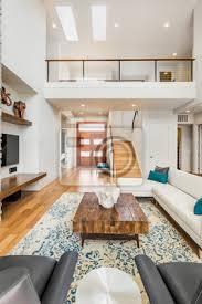 schöne und große wohnzimmer innenraum mit parkettböden und gewölbte bilder myloview