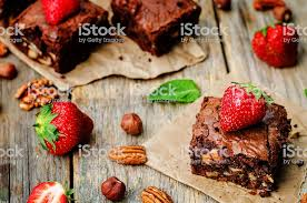 schokonussbrowniekuchen mit erdbeeren stockfoto und mehr bilder 2015