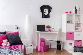 schlafzimmer und arbeitszimmer kombiniert dekoriert in pink weiß und schwarz