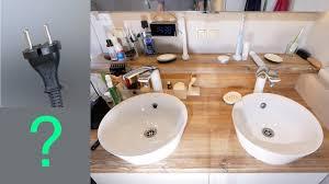 reichlich steckdosen beim neuen waschplatz im badezimmer cleveres kabelmanagement