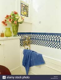blaue weiße schachbrettmuster geflieste grenze über bad im