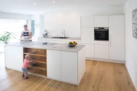 offenes küchenkonzept mit kochinsel als zentraler raum für