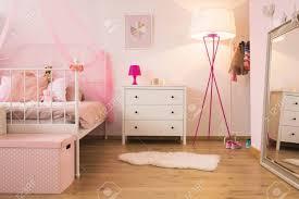 rosa kinderschlafzimmer mit le weiß kommode und bett