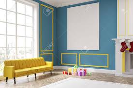 corner aus einem wohnzimmer mit blauen wänden kamin und socken es gibt ein großes gelbes sofa in der nähe einem fenster und einem riesigen