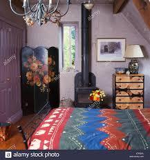 bunt gemusterten bettdecke im bett im schlafzimmer kleines