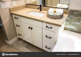 modernes badezimmer waschtisch kabinett mit dekorationskorb