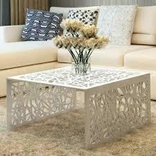 wohnzimmer couchtisch kaffeetisch silbern geometrisches lochmuster design alu