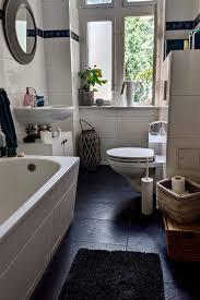 schönes badezimmer mit kontrastreichem boden schöne