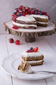 stück haus machte earl grey kuchen mit frischkäse und beeren und pürierte erdbeeren im weinbrand nach innen mit erdbeere roter johannisbeere und