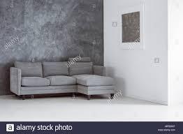 einfach leer wohnzimmer mit sofa gegen betonmauer grau und