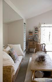 helles sommerliches wohnzimmer in weiß bild kaufen