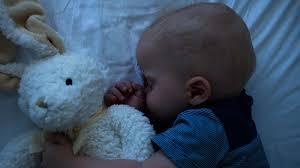 quand mettre bébé dans sa chambre sommeil bébé la première nuit complète de bébé magicmaman com