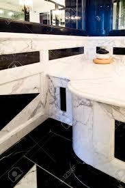 badezimmer mit marmor kamin zähler und wände marmorboden in schwarz und weiß