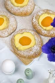 süße spiegeleier mit pudding und aprikosen
