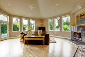 geräumiges wohnzimmer mit hohen gewölbten decke und parkett granit hintergrund kamin zimmer hat ausgang zum schwimmbad