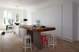 cuisine cerise comptoir en bois lisse lustre à capuche noir contemporain comptoir