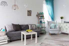schuss einem pastell wohnzimmer mit einem grauen sofa und weißen couchtisch