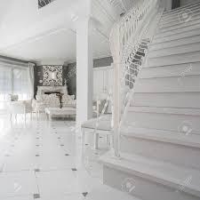 exklusive weiß wohnzimmer mit marmorboden