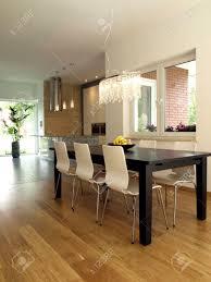 esszimmer mit dunklen und hellen stühle tisch